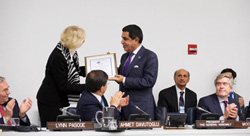 Josefine Brecht presenting PGA H.E. Al-Nasser the Award